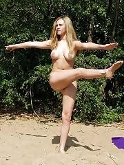 Juicy blonde chick pulling nude gymnastic stunts